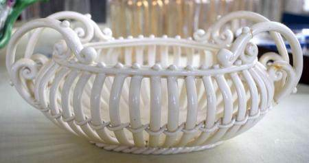 AN ANTIQUE CONTINENTAL CREAMWARE STYLE CHINA BASKET modelled in the style of Leeds. 22 cm x 10 cm.