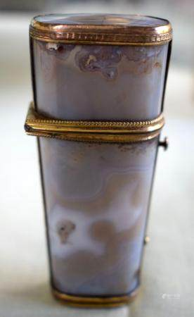 A FINE 18TH CENTURY CONTINENTAL AGATE ETUI with yellow metal mounts and partial original contents, including a snuff spoon etc.
