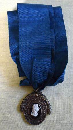 A RARE EARLY 19TH CENTURY PITT CLUB MEDAL presented to George Croft Esq, with cameo cut portrait to the top and ribbon. Medal 4.5 cm x 3 cm.
