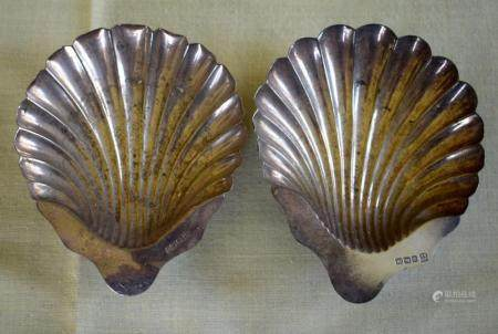 A PAIR OF SILVER SHELL FORM BUTTER DISHES of naturalistic inspiration. Sheffield 1929. 124 grams. 11 cm x 13 cm.