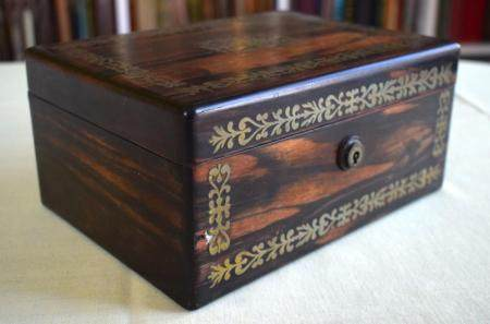 AN EARLY VICTORIAN COROMANDEL BRASS INLAID BOX AND COVER decorated with floral type motifs. 21 cm x 14 cm.