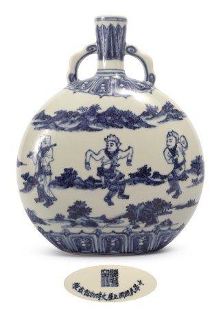 曉芳窯 青花胡人笙舞抱月瓶