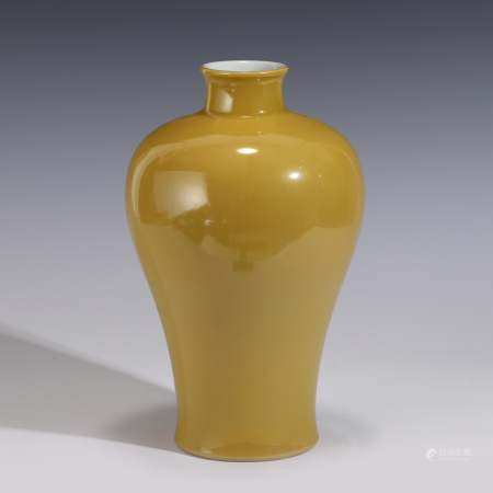 Qing Dynasty FAMILLE JAUNE MONOCHROME MEIPING JAR