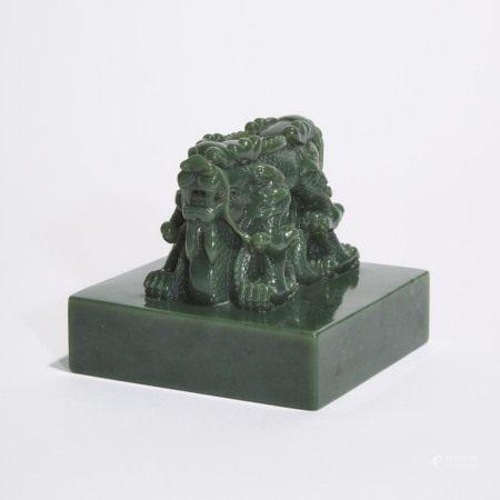 清 十九/二十世纪 '皇帝信宝'交龙钮碧玉宝玺 A Large Khotan Green Jade 'Dragon' Seal, Qing Dynasty, 19th/20th Century