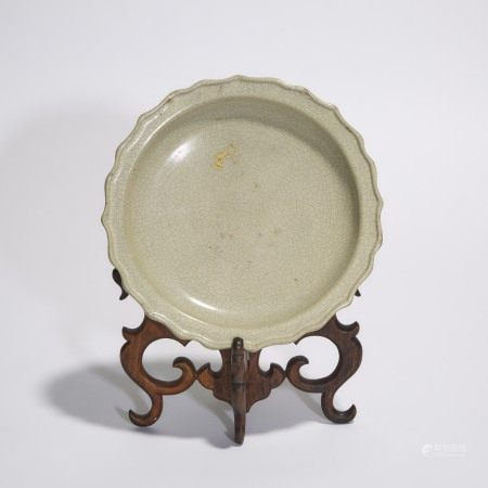 十九世纪或更早 仿哥釉折沿葵口盘 A Crackle-Glazed Barbed-Rim Dish, 19th Century or Earlier