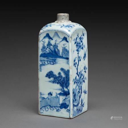 BOUTEILLE DE FORME QUADRANGULAIRE en porcelaine bleu blanc, à décor de scènes paysagées animées