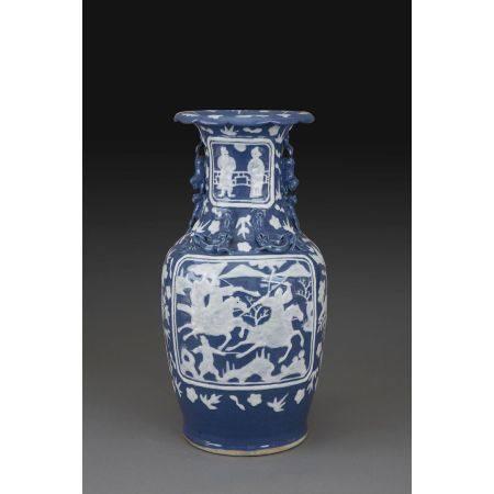 VASE GUANYIN en porcelaine et blanc fixe sur couverte bleue, le col et l'épaulement flanqués de