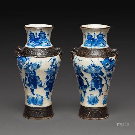 PAIRE DE PETITS VASES BALUSTRES en porcelaine à décor en camaieu de bleu sous couverte, sur fon