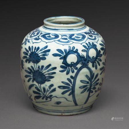 PETITE JARRE en porcelaine blanche, à décor en bleu sous couverte de motifs de chrysanthèmes et