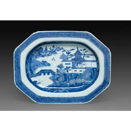 GRAND PLAT CREUX en porcelaine et émaux bleu sous couverte, de forme octogonale, à décor de pay