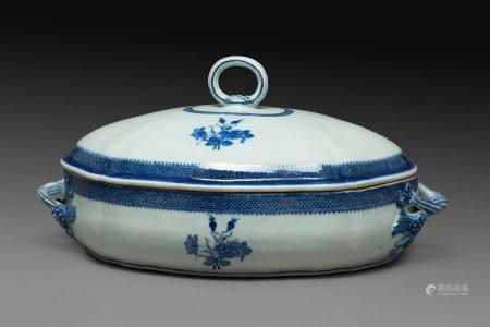 TERRINE COUVERTE en porcelaine et émaux bleu sous couverte, à décor de fleurs de pivoines, les