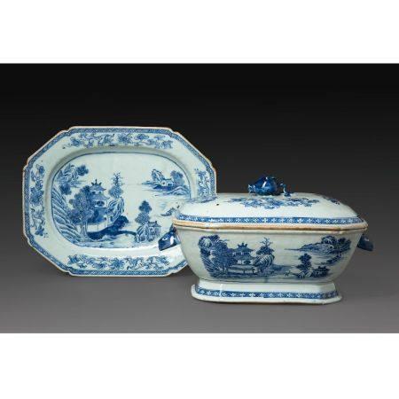 TERRINE COUVERTE ET PLAT DE PRÉSENTATION en porcelaine et émaux bleu sous couverte, à décor de