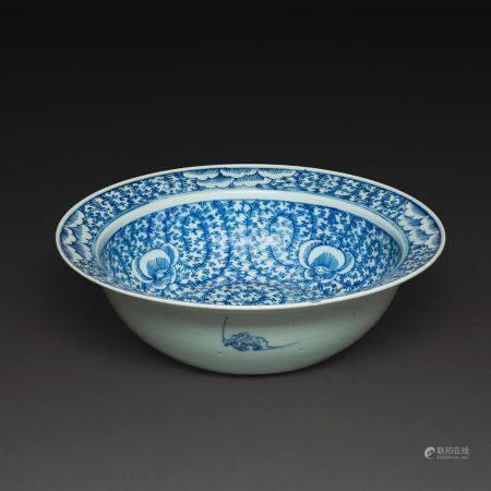 SUITE DE DEUX OBJETS  en porcelaine bleu blanc, comprenant un bassin à décor de rinceaux feuill