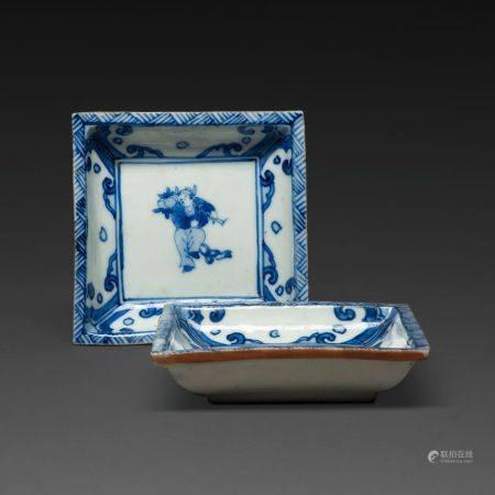 SUITE DE DEUX RAVIERS en porcelaine et bleu de cobalt sous couverte, de forme carrée, à décor d