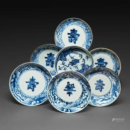 SUITE DE SEPT PIÈCES  en porcelaine bleu blanc, dite de Hué, dont six coupelles avec au centre