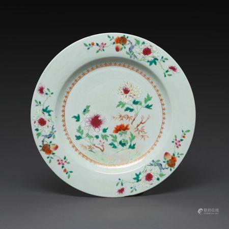 PLAT CIRCULAIRE  en porcelaine blanche, émaux polychromes de la famille rose et dorure, le bass