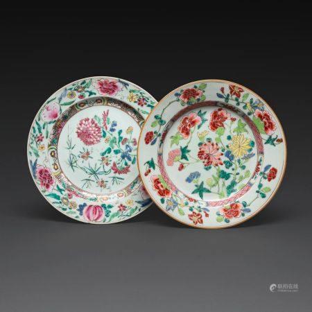 SUITE DE DEUX ASSIETTES en porcelaine et émaux polychromes de la famille rose, à décor d'un bou