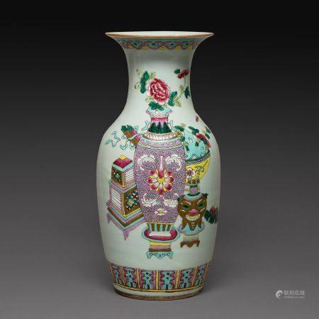 VASE BALUSTRE en porcelaine et émaux polychromes dans le style de la famille rose, à décor d'ob