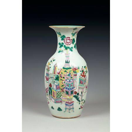 VASE GUANYIN en porcelaine et émaux polychromes dans le style de la famille rose, à décor d'obj