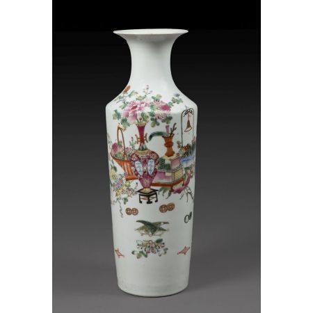 VASE MAILLET en porcelaine, émaux polychromes dans le style de la famille rose et rehauts de do