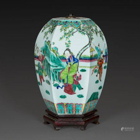 POTICHE COUVERTE DE FORME HEXAGONALE en porcelaine à décor dans le style de la famille rose, de