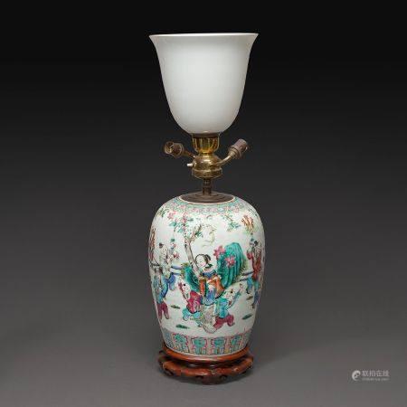 POTICHE DE FORME OBLOGUE  en porcelaine et émaux polychromes dans le style de la famille rose,