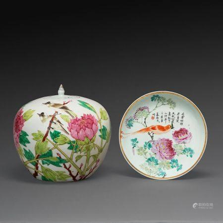 SUITE DE DEUX PIÈCES en porcelaine et émaux polychromes dans le style de la famille rose, compr
