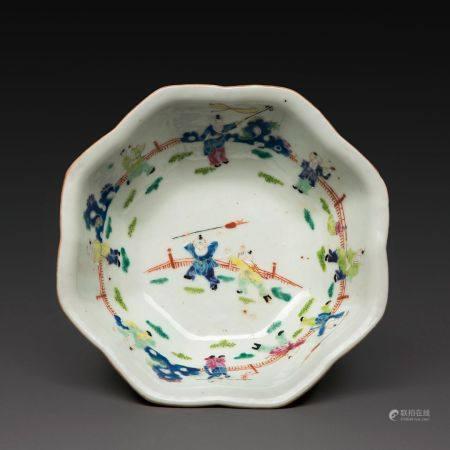 COUPE POLYLOBÉE en porcelaine et émaux polychromes dans le style de la famille rose, à décor de