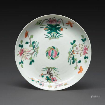 PLAT CREUX en porcelaine et émaux polychromes dans le style de la famille rose, à décor de fleu