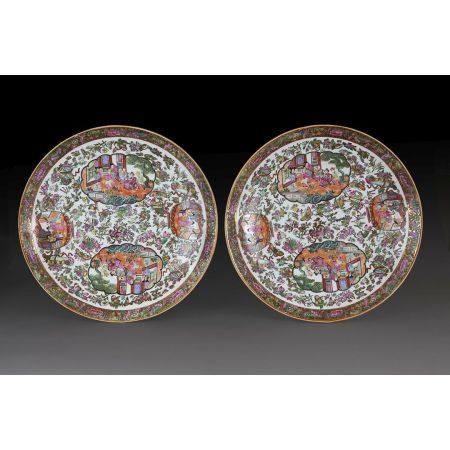PAIRE DE GRANDS PLATS RONDS  en porcelaine, émaux polychromes dans le style de la famille rose,