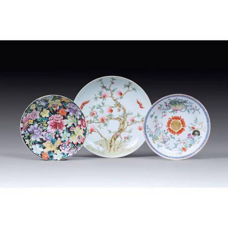 SUITE DE TROIS PLATS RONDS en porcelaine et émaux polychromes dans le style de la famille rose,