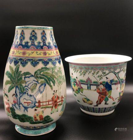 SUITE DE DEUX OBJETS en porcelaine et émaux polychromes dans le style de la famille rose, compr