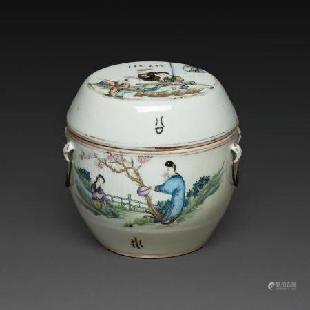 BOUILLON COUVERT  en porcelaine et émaux Qianjiangcai, à décor de jeunes femmes, enfant et call
