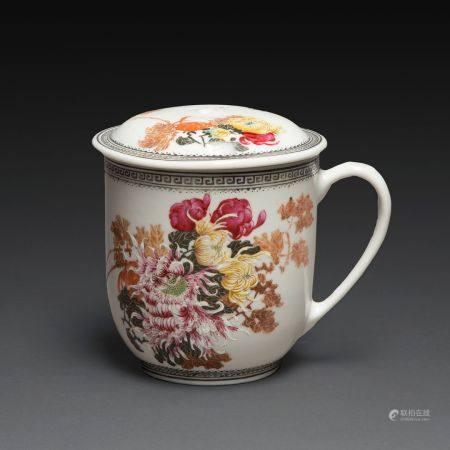 TASSE À THÉ en porcelaine et émaux polychromes dans le style de la famille rose, à décor de chr