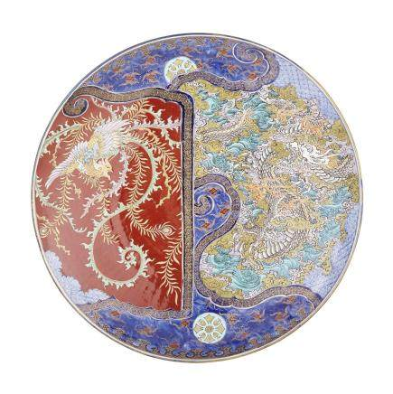 A RARE AND MASSIVE IMARI 'DRAGON AND PHOENIX' CHARGER, MEIJI PERIOD, LATE 19TH CENTURY 明治時代 十九世紀晚期 海山製 伊萬里燒龍鳳大盤