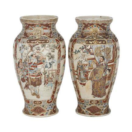 A PAIR OF JAPANESE SATSUMA VASES, MEIJI PERIOD OR LATER 明治時代或更晚 薩摩燒瓶一對