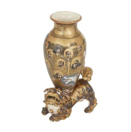 A SATSUMA KARASHISHI VASE, TAISHO PERIOD 大正時代 薩摩燒唐獅子瓶    Estimate: $300—500