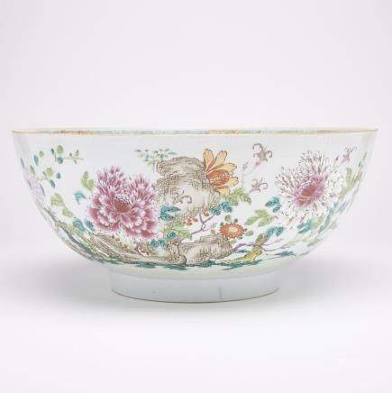 A MASSIVE FAMILLE ROSE CHINESE EXPORT PUNCH BOWL, 19TH CENTURY 清十九世紀 外銷粉彩花卉大碗