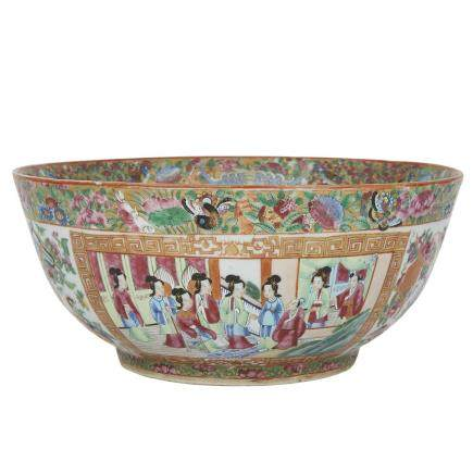 A CANTON FAMILLE ROSE CHINESE EXPORT PUNCH BOWL, EARLY 20TH CENTURY 二十世紀早期 廣彩外銷宮廷人物圖碗