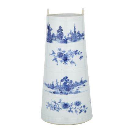A BLUE AND WHITE CHINESE EXPORT VESSEL, 19TH CENTURY 清十九世紀 青花山水盛水器