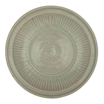 A CARVED 'LONGQUAN' CELADON 'PEONY' DISH, MING DYNASTY (1368-1644) 明 龍泉刻花青釉盤