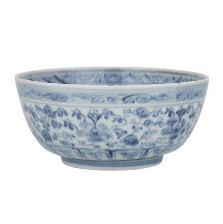 A BLUE AND WHITE BOWL, EARLY MING DYNASTY 明早期 青花纏枝牡丹紋碗