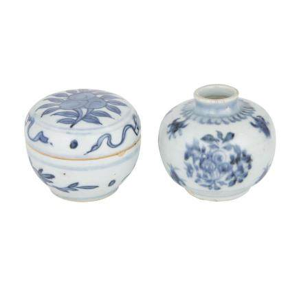 TWO SMALL BLUE AND WHITE VESSELS, MING WANLI PERIOD 明萬曆 青花小罐兩件