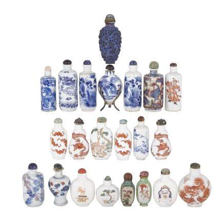 GROUP OF TWENTY-TWO PORCELAIN SNUFF BOTTLES, QING DYNASTY, 19TH CENTURY 清19世紀 青花粉彩瓷製鼻煙壺二十二件