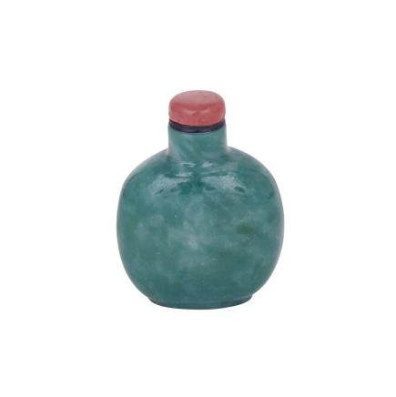 A LARGE AND RARE GREEN GLASS IMITATING JADEITE SNUFF BOTTLE, 19TH CENTURY 清十九世紀 料仿碧玉鼻煙壺