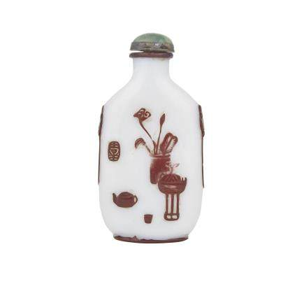 A DOUBLE LAYER PEKING GLASS '100 ANTIQUES' SNUFF BOTTLE, EARLY 20TH CENTURY 清末 雙套京料玻璃 博古圖鼻煙壺