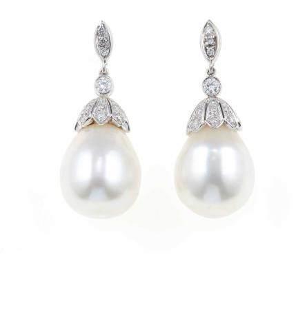 Orecchini pendenti con perle coltivate e diamanti,