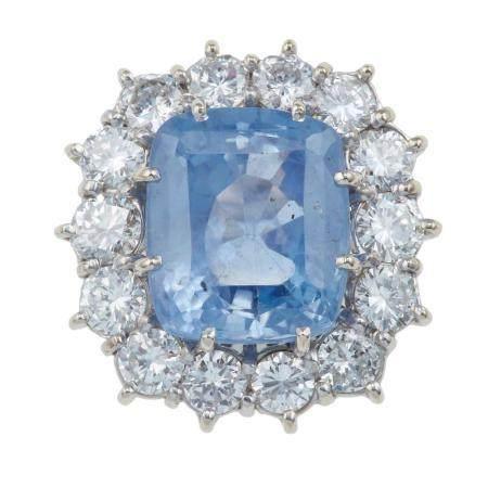 Anello con zaffiro Sri Lanka di ct 13.80 circa e diamanti a contorno,