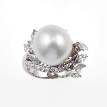 Anello con perla coltivata e diamanti,