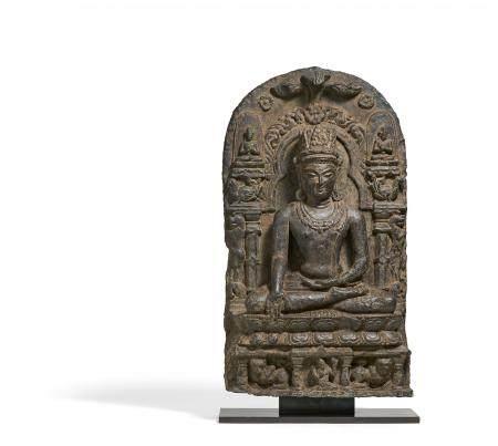 Bedeutender gekrönter Buddha auf dem Löwenthron